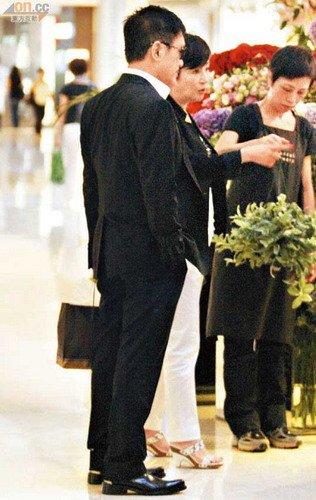 谢霆锋生日拒收礼庆祝 狄波拉素服悼念遇难港人