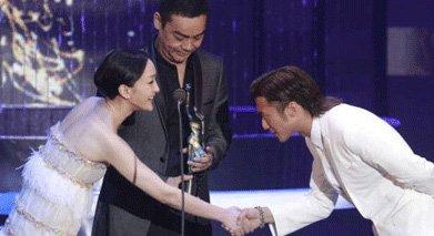 2011年,谢霆锋夺香港金像奖影帝,为他颁奖的是周迅