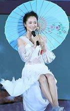 江一燕撑伞显古典