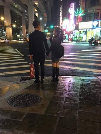 林依晨圣诞夜牵手老公逛街 互看瞬间甜蜜破表