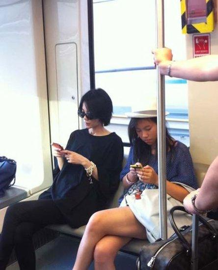 网友分享王菲母女地铁照 窦靖童专注玩手机
