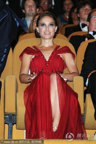 威尼斯电影节现场《天鹅》娜塔莉开幕礼露美腿