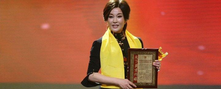 """2012年上海""""华鼎之夜"""",刘晓庆获评老百姓最喜爱十佳电视明星。"""