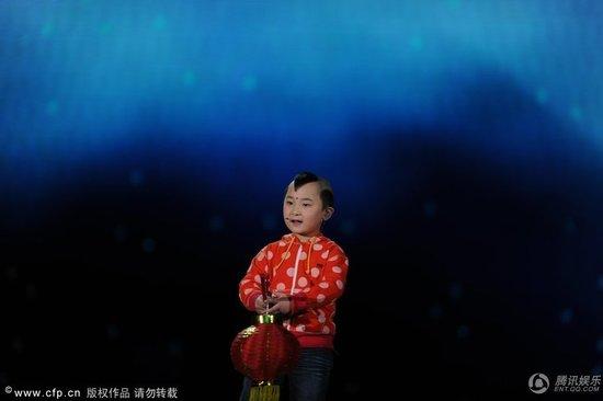 揭秘五岁邓鸣贺春晚路 舞台越大发挥越出色