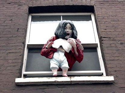天王永生!伦敦街头惊现MJ悬空婴儿塑像(图)