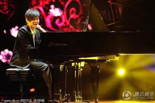 林俊杰现场自弹自唱 演绎入围女歌手经典作品