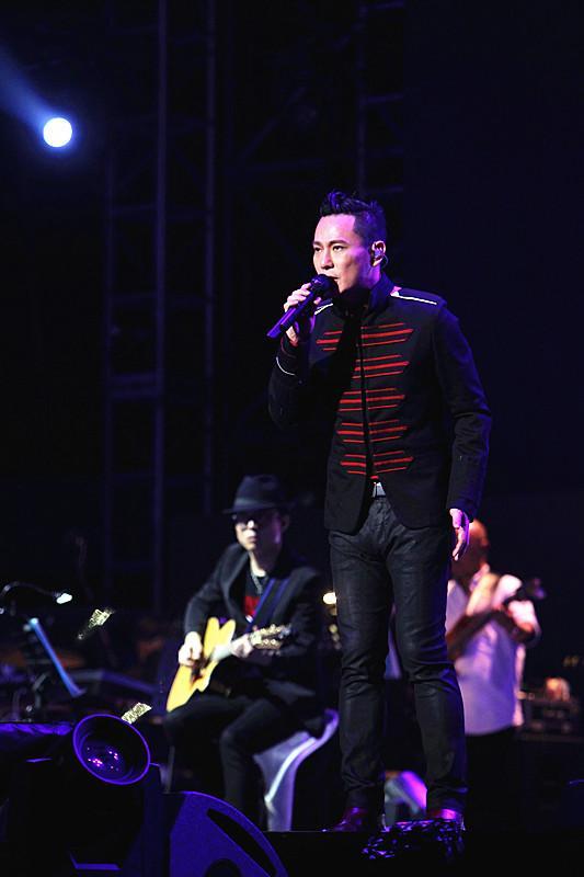 张信哲南京演唱会还爱光年收官 感恩歌迷陪伴