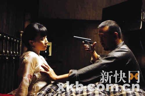《让子弹飞》大尺度剧照曝光 姜文摸刘嘉玲胸部