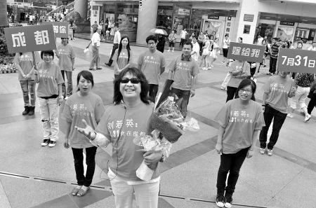 疯狂粉丝上演街头求婚 大喊:刘若英嫁给我(图)
