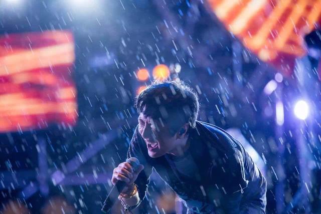 风马音乐节完美落幕 郑钧与歌迷上演最嗨雨中曲