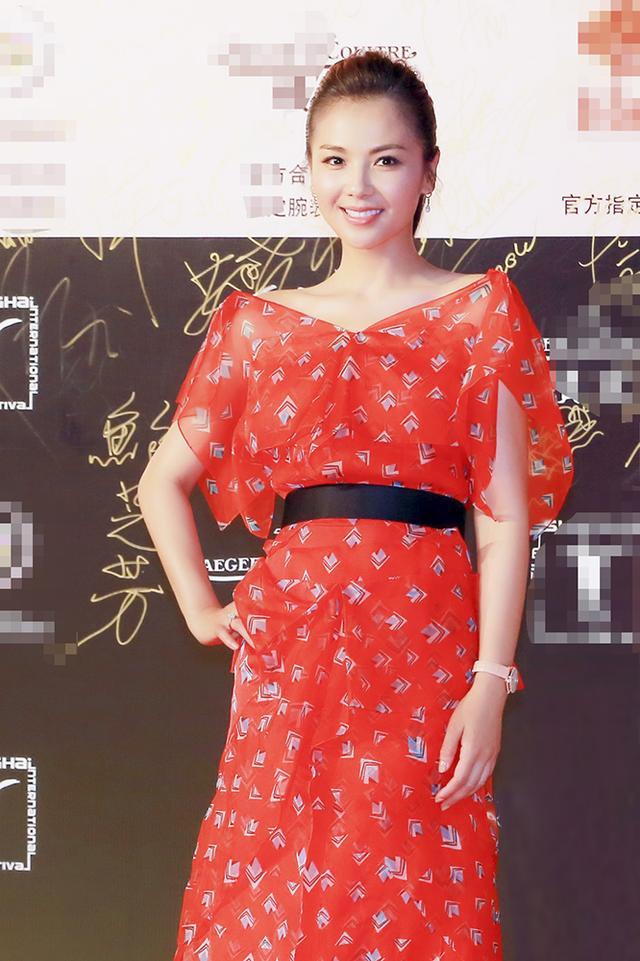 刘涛华丽亮相上海电影节 红白双造型吸引眼球