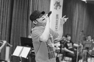 """刀郎为演唱会彩排 自称周六要当""""麦霸""""(图)"""