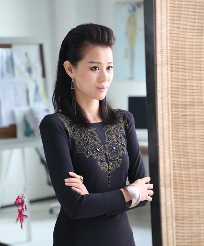 香港著名演员胡杏儿,在《领养》中不光首演未婚妈妈,更是进军时尚界