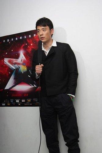 李光洁帅气现身娱乐大典惹尖叫 为赵宝刚颁奖