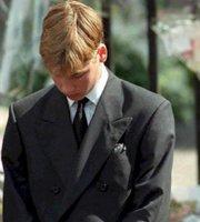 15岁的威廉在母亲戴安娜葬礼上