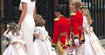 哈里王子与王妃胞妹带小花童乘车离开