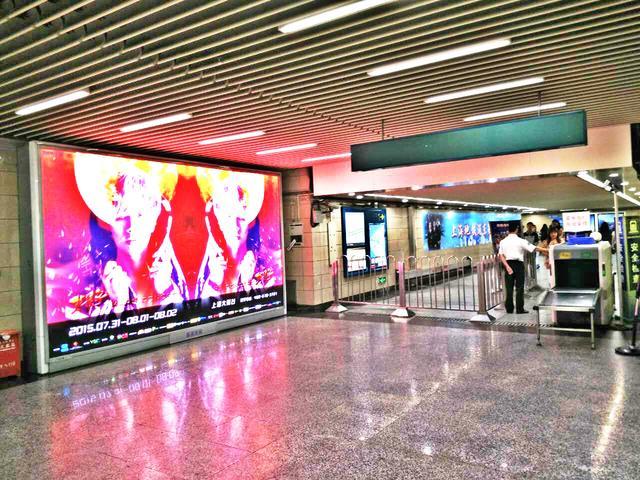 华晨宇演唱会上海开幕在即 火星空降地铁红动全沪