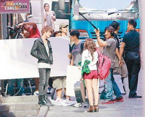 金在中来港拍摄MV 正午闹市与金智媛吵架引围观