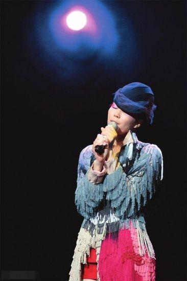 王菲《心经》唱哭上海歌迷 为火灾遇难者祈福