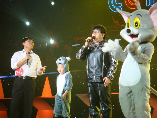杨光带病出席《星光大道》总决赛 充当选手助唱