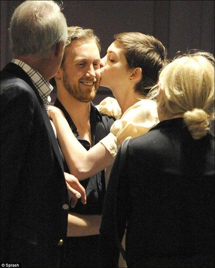 安妮·海瑟薇携未婚夫与双方家长聚餐 情动拥吻