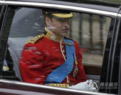 威廉王子大婚赶赴教堂 身着军服英俊帅气(图)