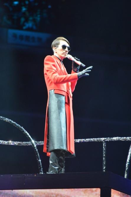 """林志炫巡演杭州站""""一夜狂欢"""" 歌迷热情互动强"""