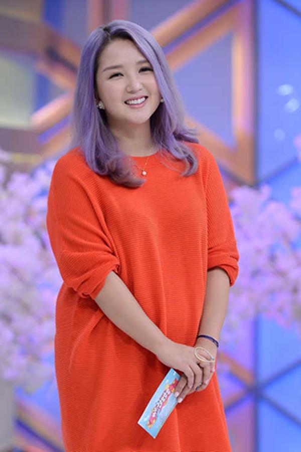 何洁二胎复出录节目 紫色头发魔性笑声贯穿全场