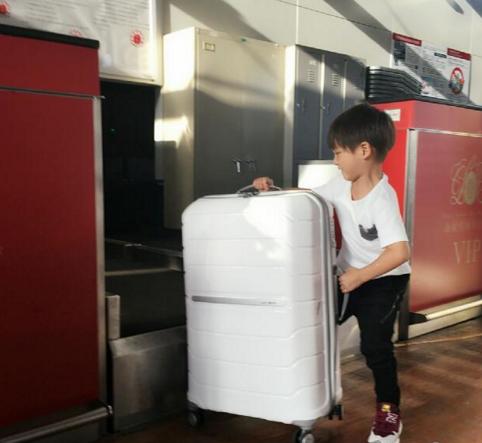 田亮儿子帮爸爸搬行李 小身板要征服大箱子