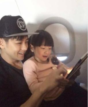 林志颖亲密抱森蝶头碰头 坐飞机巧遇田亮父女