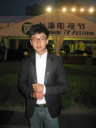 """邹俊百亮相上海电视节 """"坏小子""""变身时尚潮男"""