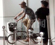 廖凡脚踏车逛商场