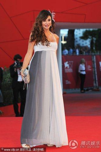 组图:威尼斯闭幕红毯 艾尔巴吊带裙秀丰满身材