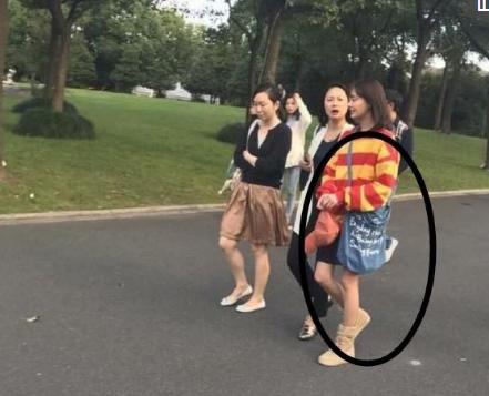 郑爽街拍照被曝光 粉丝:看小图以为背呼啦圈
