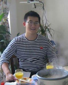 梁天20岁儿子近照曝光 成绩优秀就读北大英语系