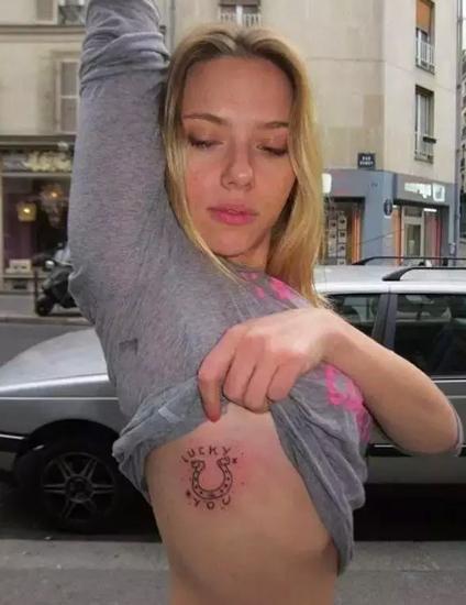 伍德大腿根部这个纹身来源于她的偶像大卫·鲍伊