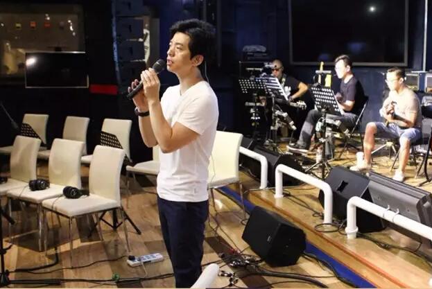 靳东李健合唱《贝加尔湖畔》 乃们是第一次见?