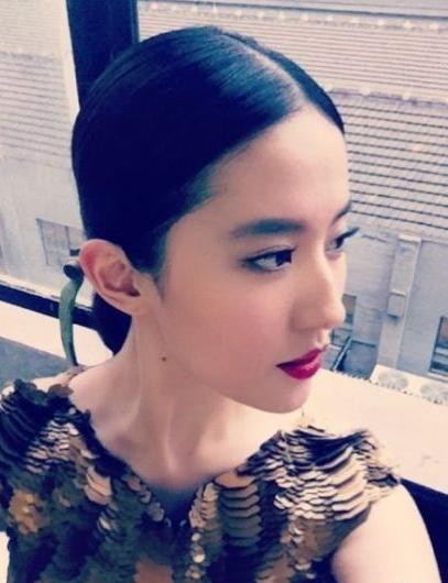 刘亦菲晒自拍近照 红唇配亮片裙尽显御姐气质