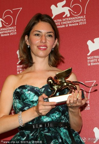 组图:威尼斯电影节闭幕 索菲亚秀金狮奖奖杯