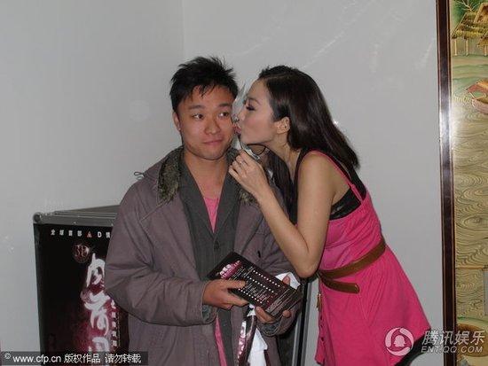雷凯欣撑《3D肉蒲团》大方献吻 被亲男士露难色