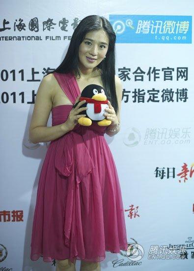 上海电影节后台花絮 周显欣换装抱QQ合影(图)