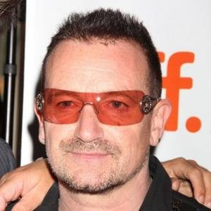 U2主唱Bono手术康复期倍感无聊 重新开始吸烟