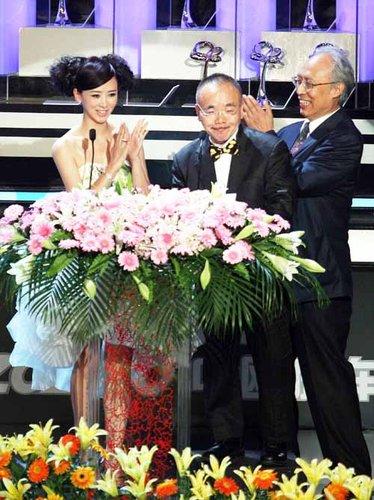 翁虹颁奖典礼现知性 电视节上兼职翻译秀日语