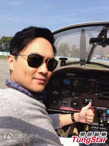 张智霖拍摄外景乘坐小型飞机 面容扭曲反胃想