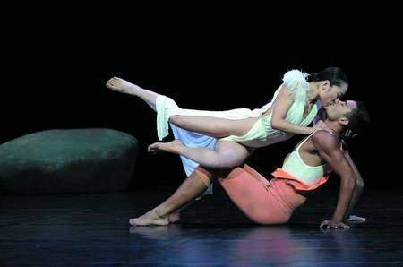 广州大剧院上演《白雪公主》 服装暴露尺度大胆