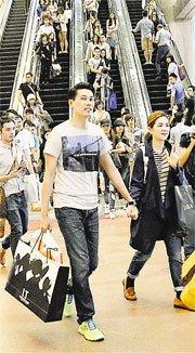 Ella与老公低调游香港 依偎赖斯翔肩膀如连体婴