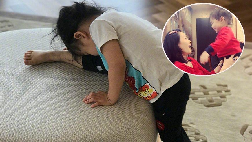 章子怡训练女儿压腿
