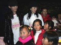 白百合、翁虹与孩子互动