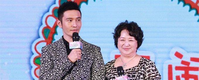 """在《旋风孝子》里,黄晓明和妈妈的关系也被形容成""""情侣般的母子关系""""。"""