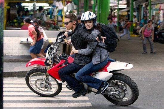 《谍影重重4》再现生死逃亡 摩托车街头狂飙